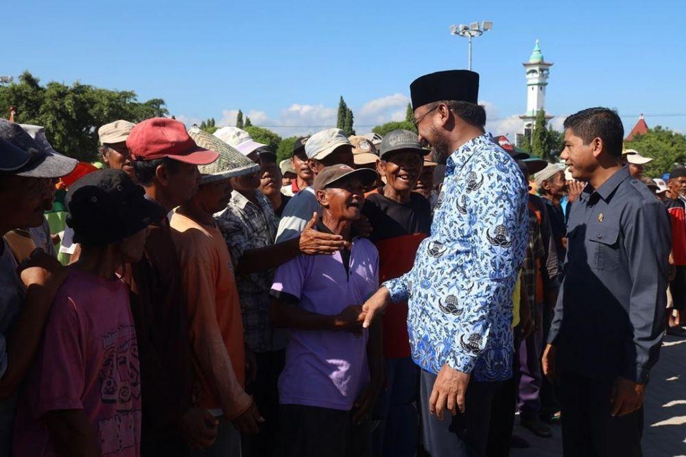 Bupati Ipong saat berbaur dan ngobrol bersama para tukang becak di Ponorogo