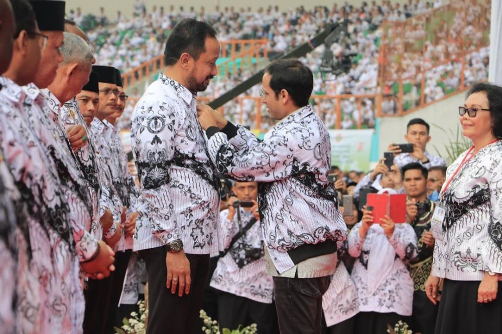 Bupati Ipong saat menerima penghargaan Dwija Praja Nugraha oleh Pengurus Besar PGRI
