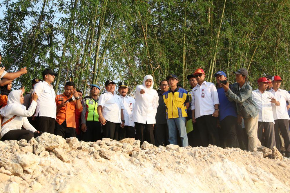 Gubernur Khofifah meninjau penanganan amblesnya tanggul Bengawan Solo di Plumpang, Tuban