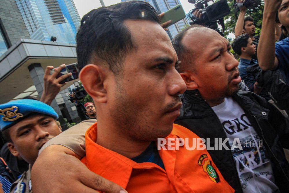 Pelaku penyiraman air keras terhadap Novel Baswedan dibawa petugas untuk dipindahkan ke Bareskrim Mabes Polri di Polda Metro Jaya (Foto: Antara/Abdul Wahab)