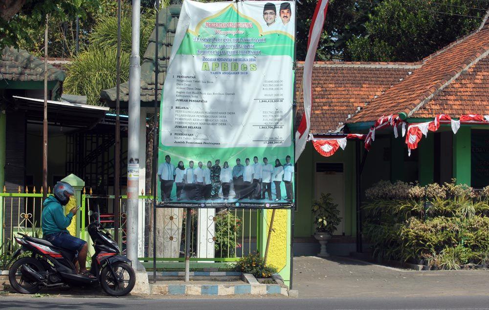 Pemerintahan Desa Kadayungan, Kecamatan  Kabat, Banyuwangi memasang baliho di depan pendopo desa/ Foto: Budi Sugiharto jatimnow.com