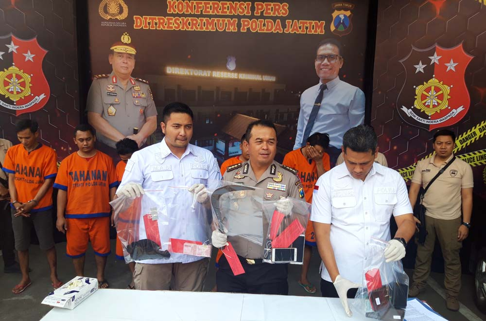 Polisi menunjukkan barang bukti rilis kasus perampokan dan penyekapan rumah di Surabaya