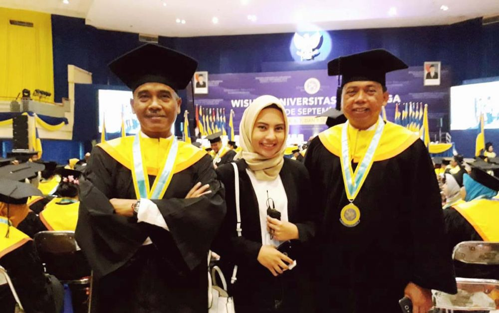 Ketua PWI Jatim Ainur Rohim (kanan), menjadi salah satu yang diwisuda S2 Ilmu Politik Unair