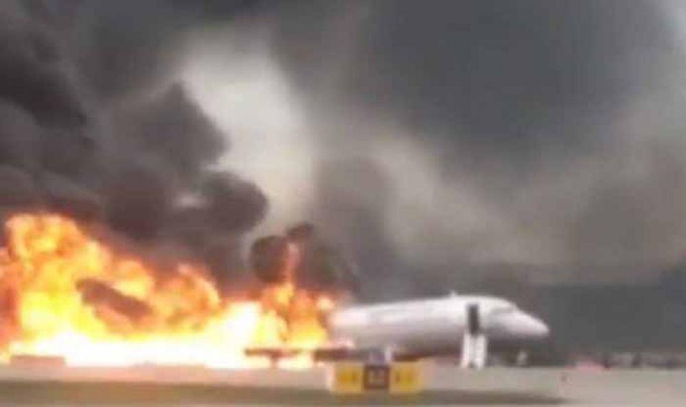 Pesawat Rusia Superjet-100 terbakar di bandara Sheremetyevo/ foto istimewa