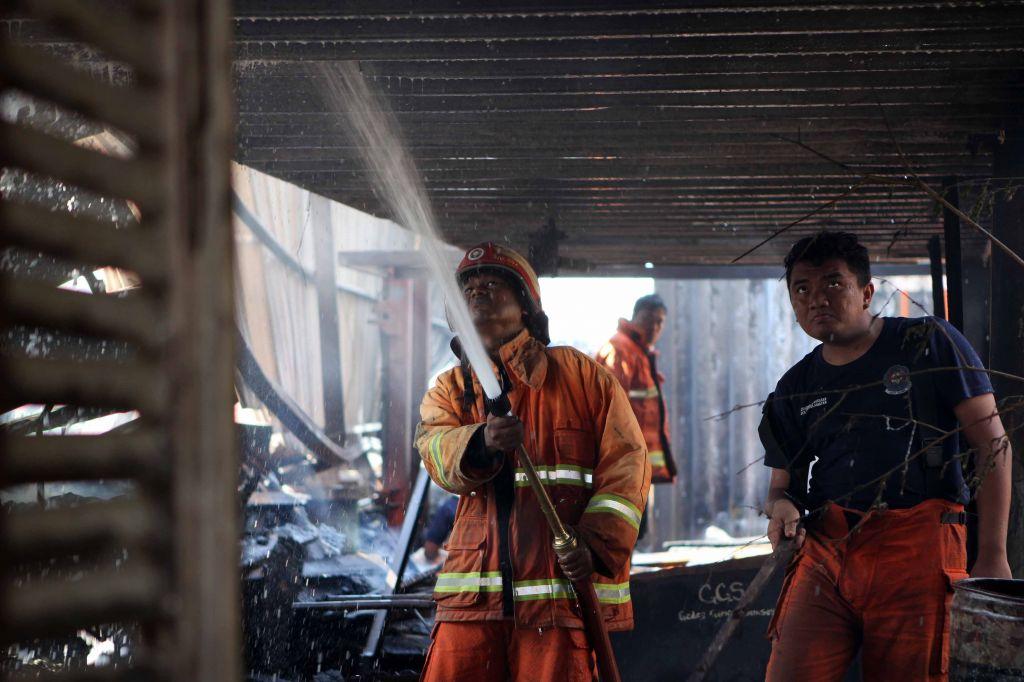 Perjuangan petugas damkar taklukan api yang membakar pabrik kayu di Gresik