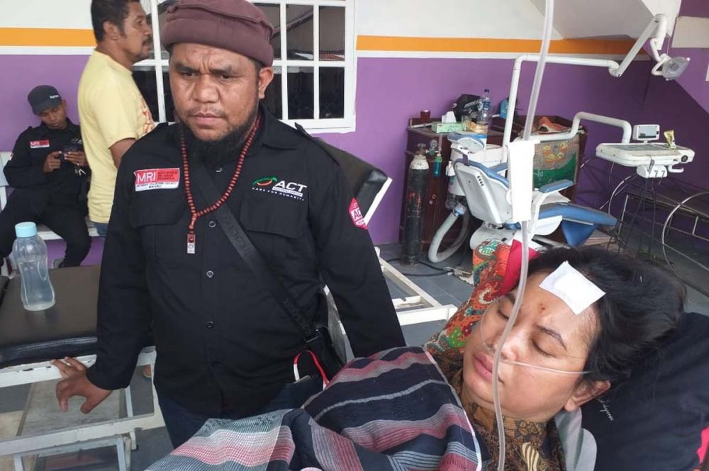 Relawan ACT membantu para korban gempa Ambon