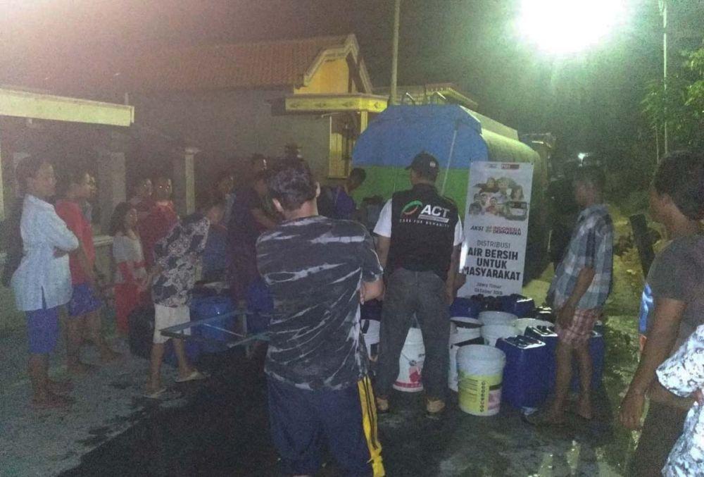 Warga berbondong-bondong mengisi air bersih bantuan dari ACT
