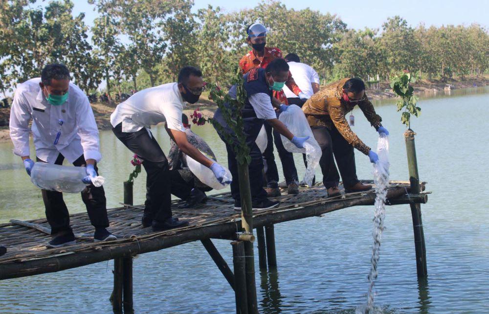 Penebaran 100 ribu benih ikan di Embung Rowo Glandang Desa Gading, Kecamatan Tambakrejo, Kabupaten Bojonegoro