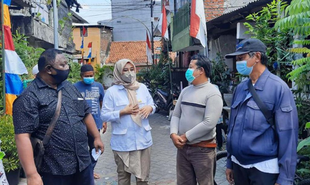 Politisi Partai Gerindra Surabaya, Ajeng Wira Wati mengampanyekan belanja di warung tetangga