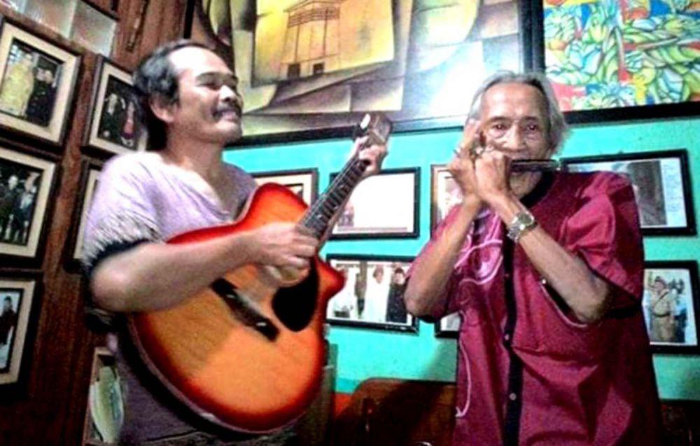 Amang Genggong (kanan) saat masih sehat, bermain musik bersama Kris Adji