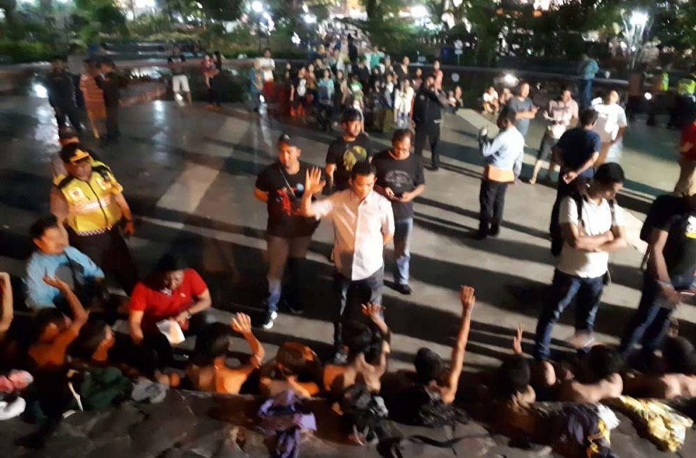 Kasatreskrim Polrestabes Surabaya AKBP Sudamiran menginterigasi belasan anggota Geng All Star Surabaya yang diamankan di Taman Mundu