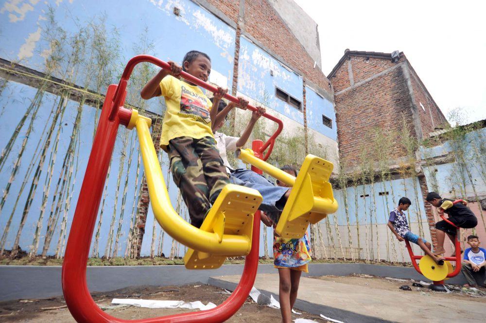 Anak-anak di kawasan eks lokalisasi Dolly kini bebas bermain di taman yang telah disediakan Pemkot Surabaya