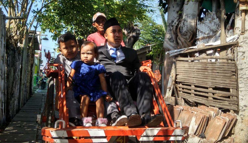 Sibro Malisi bersama kedua anaknya naiki becak ke pelantikan anggota dewan