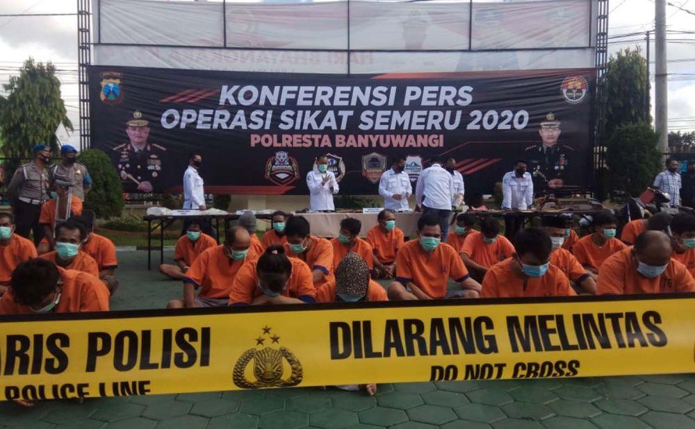 Para tersangka dan barang bukti hasil ungkap Operasi Sikat Semeru 2020 Polresta Banyuwangi dibeber