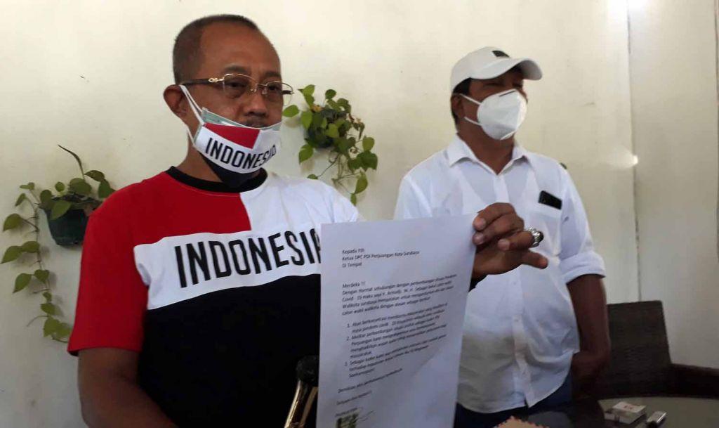 Armudji saat menunjukkan surat pengunduran diri dari bakal calon wali kota Surabaya pada Juli 2020 (Foto: Dok. jatimnow.com)