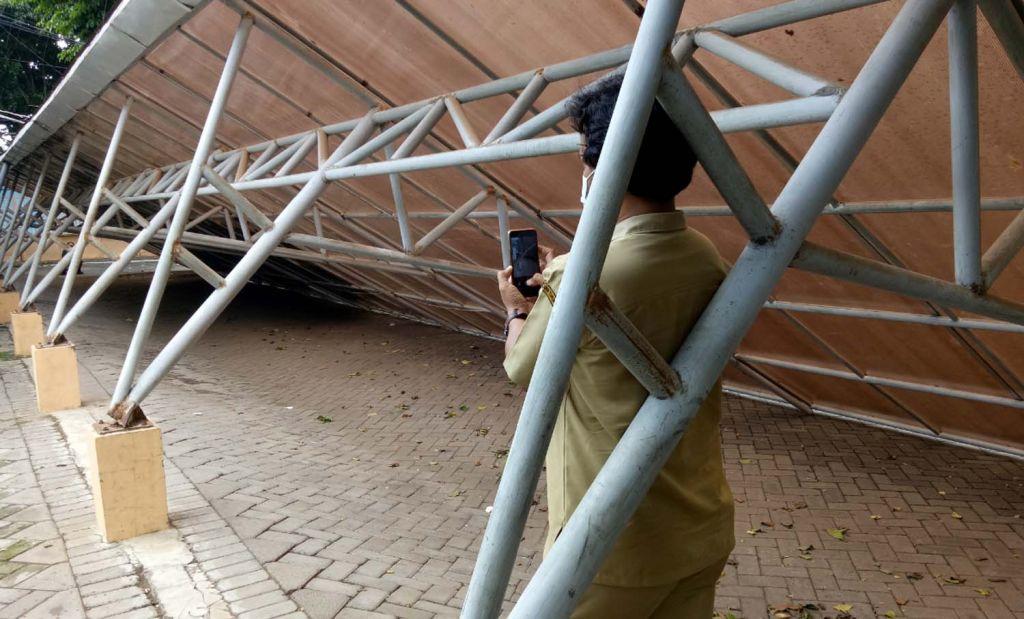 Atap parkir motor di kantor Pemkot Pasuruan roboh