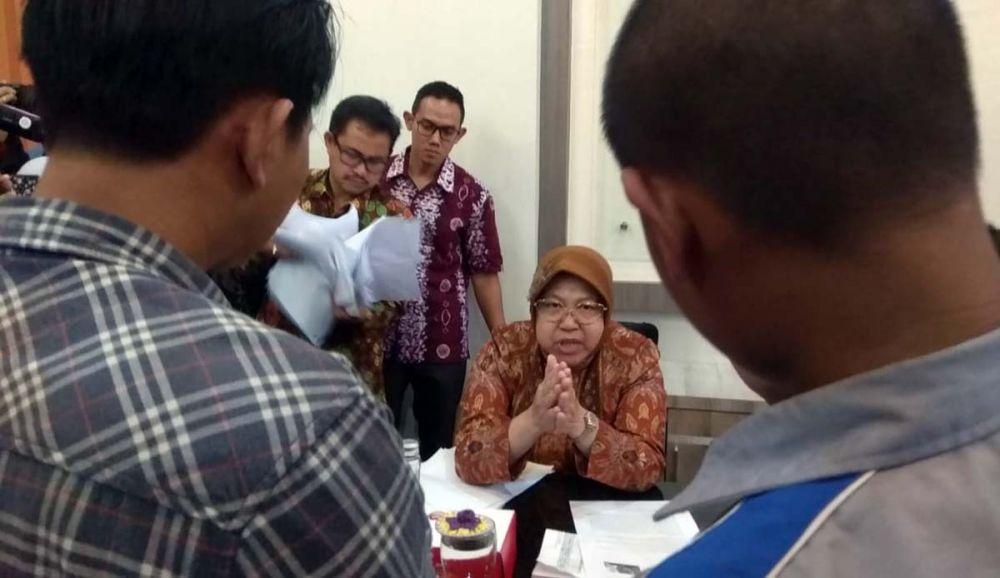 Wali Kota Risma memberikan pengarahan kepada salah satu pelajar anggota geng yang saat itu didampingi orangtuanya
