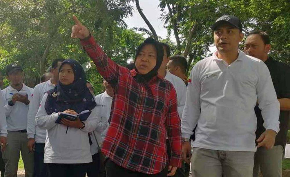 Wali Kota Risma dan Plt Kepala DKRTH Eri Cahyadi saat melihat pembangunan taman beberapa waktu lalu