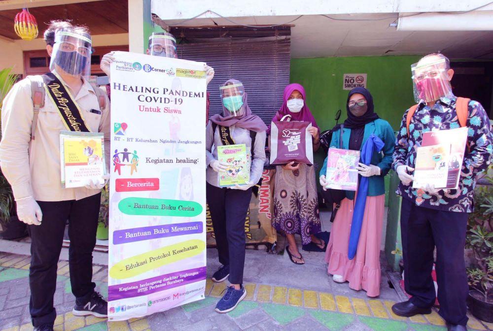 Perpustakan STIE Perbanas Surabaya bagikan 450 buku menarik ke pelajar SD dan SMP