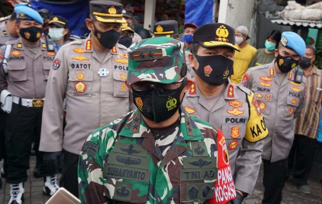 Pangdam V Brawijaya Mayjen TNI Suharyanto dan Kapolda Jatim Irjen Pol Nico Afinta saat blusukan ke Pasar Simo, Surabaya