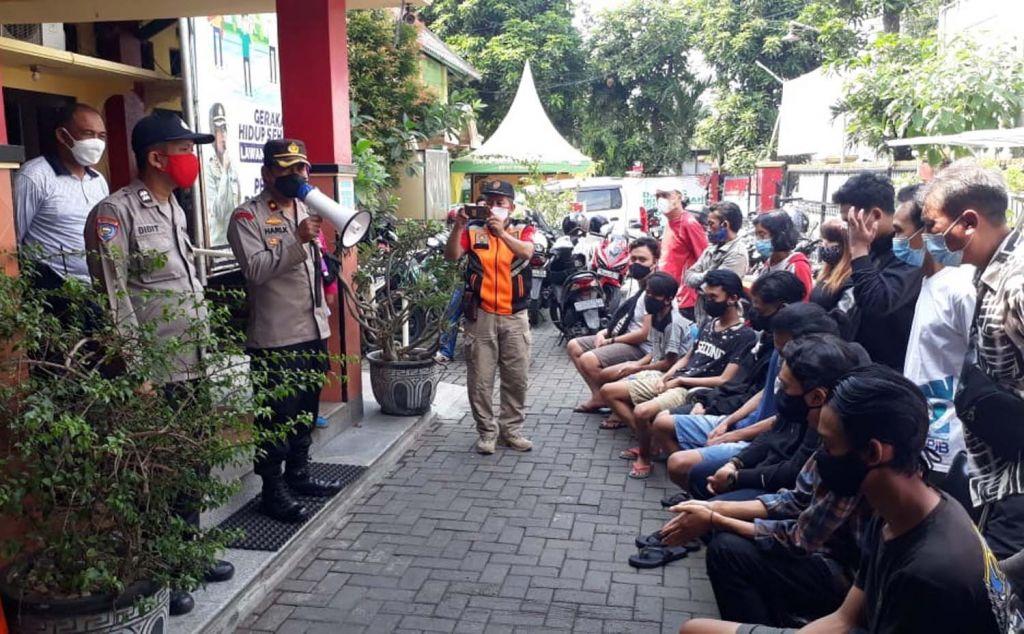 11 remaja bebalap liar diberi pengarahan di Mapolsek Asemrowo, Surabaya