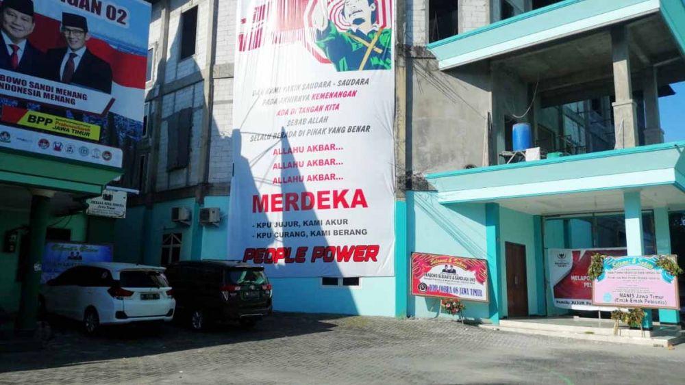 Baliho raksasa di Posko Rumah Pemenangan Prabowo- Sandi