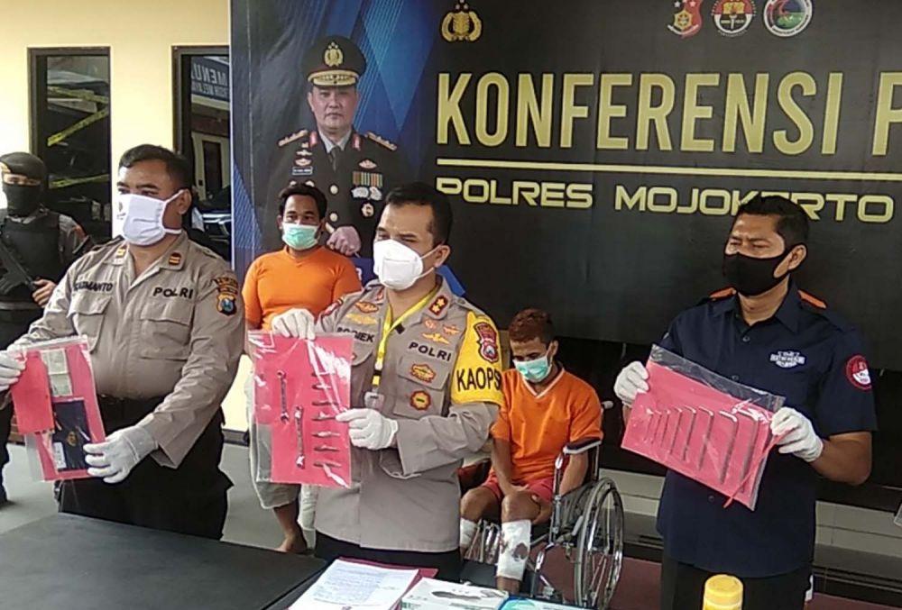 Kapolres Mojokerto Kota AKBP Bogiek Sugiyarto menunjukkan bandit dan barang bukti