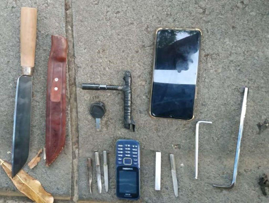 Barang bukti yang disita Unit Reskrim Polsek Sukolilo dari dua bandit motor