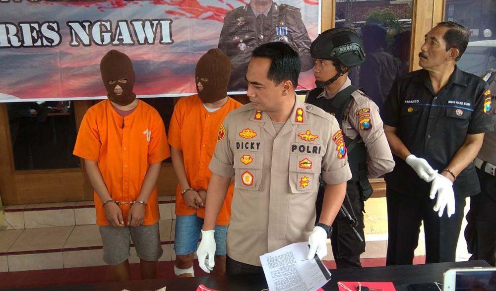 Kapolres Ngawi AKBP Dicky Ario Yustisianto menunjukkan kedua bandit motor yang ditembak kakinya