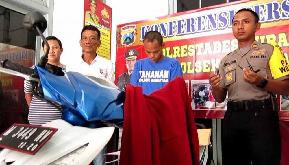 Pelaku saat diamankan di Mapolsek Bubutan Surabaya