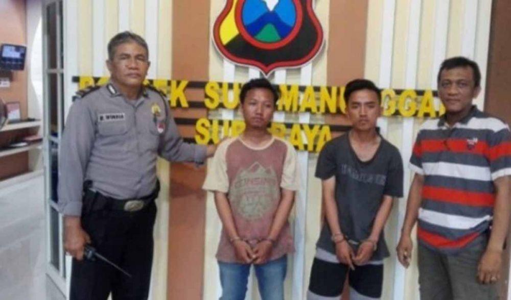 Dua bandit perampas HP emak-emak diamankan di Mapolsek Sukomanunggal, Surabaya