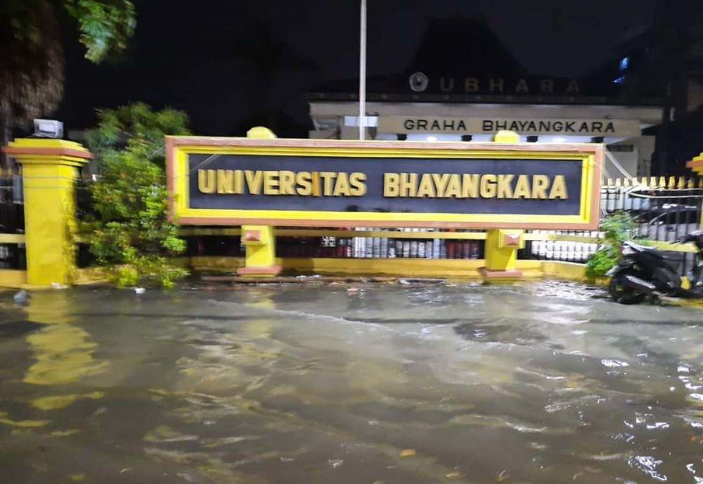 Rendaman di Frontage Road Ahmad Yani, Surabaya
