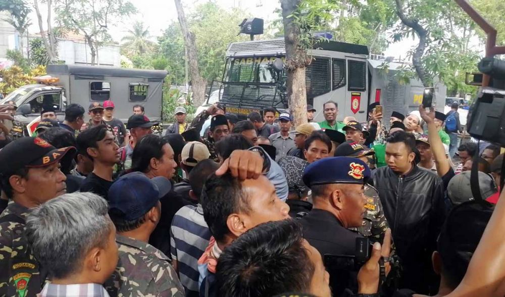Massa Banser blokade pintu PN Surabaya, Kamis (13/6/2019) setelah mendengar teriakan PKI