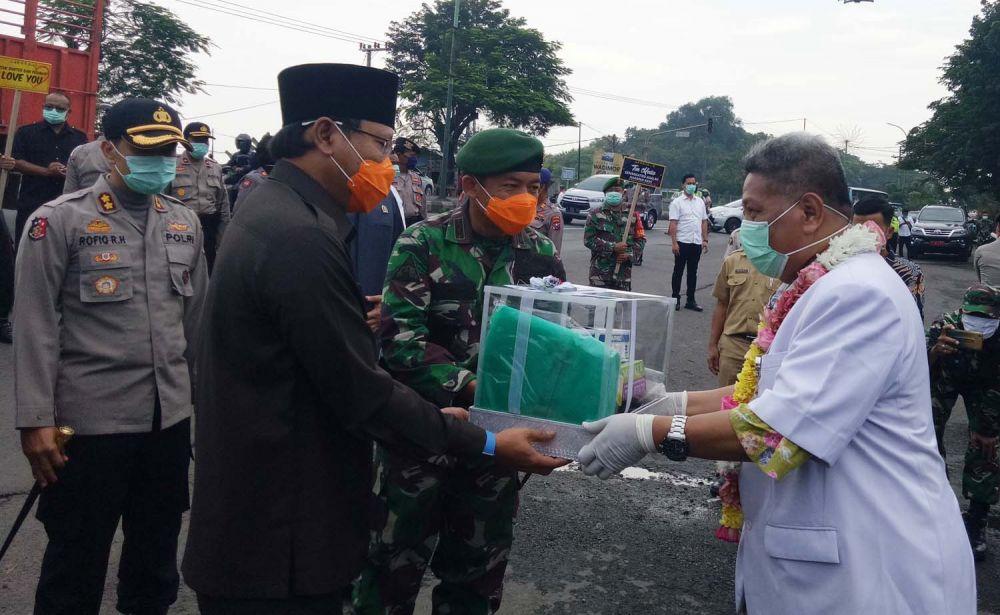 Fokopimda Kabupaten Pasuruan memberikan bantuan APD untuk tim medis Covid-19