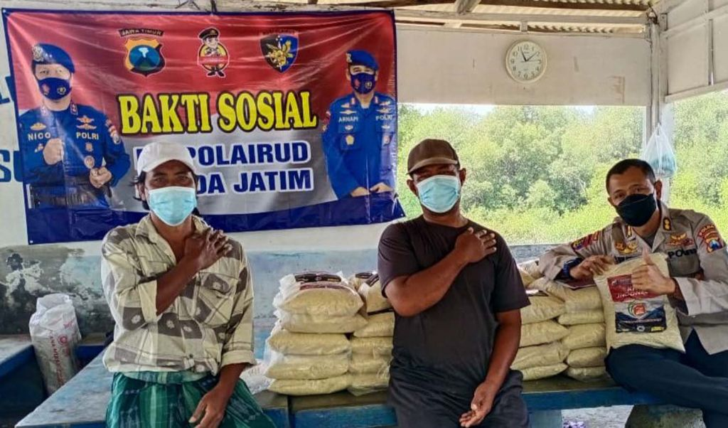 Bantuan paket sembako dari Ditpolairud Polda Jatim untuk warga pesisir Surabaya