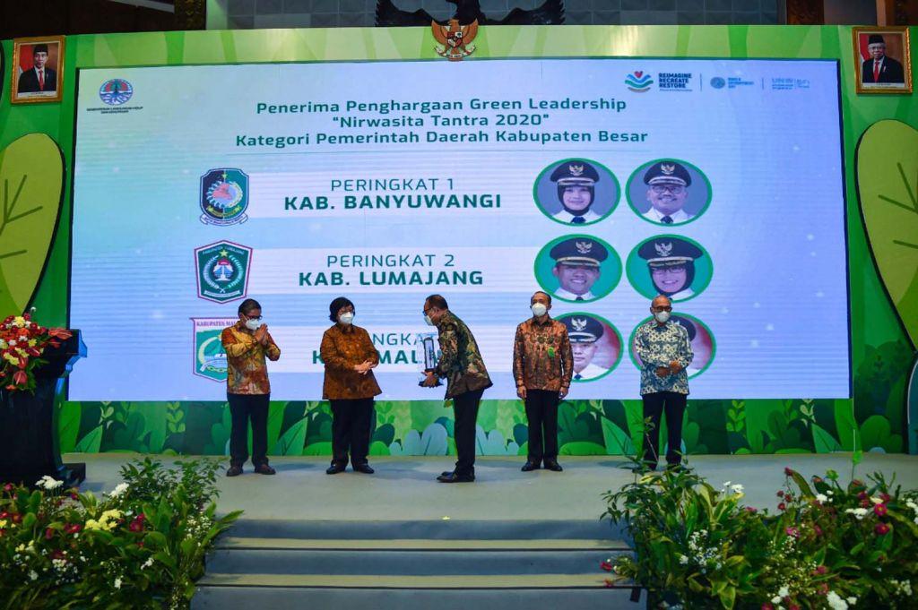 Menteri LHK Siti Nurbaya Bakar memberikan penghargan kepada Sekretaris Daerah Kabupaten Banyuwangi, Mujiono di Jakarta, Selasa (15/6/2021)