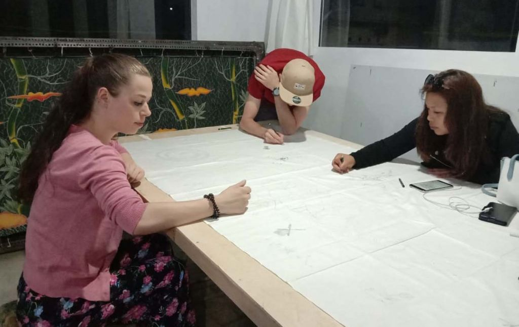 Wisatawan mancanegar belajar membatik di galeri milik Sumari di Kota Batu