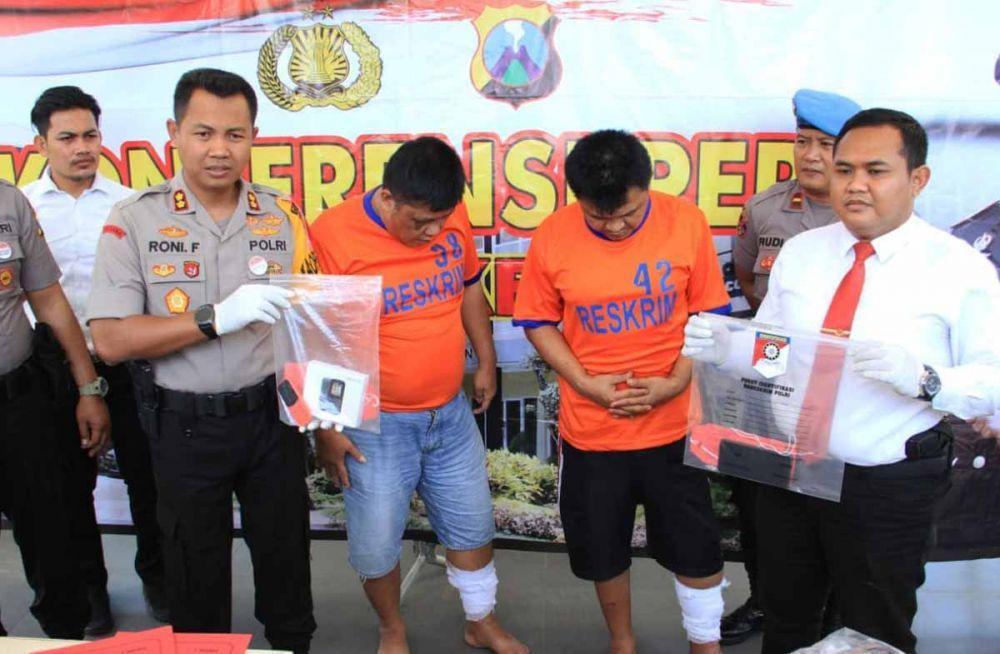 Kapolres Kediri AKBP Roni Faisal Saiful Faton membeberkan dua pelaku dan barang bukti kejahatannya