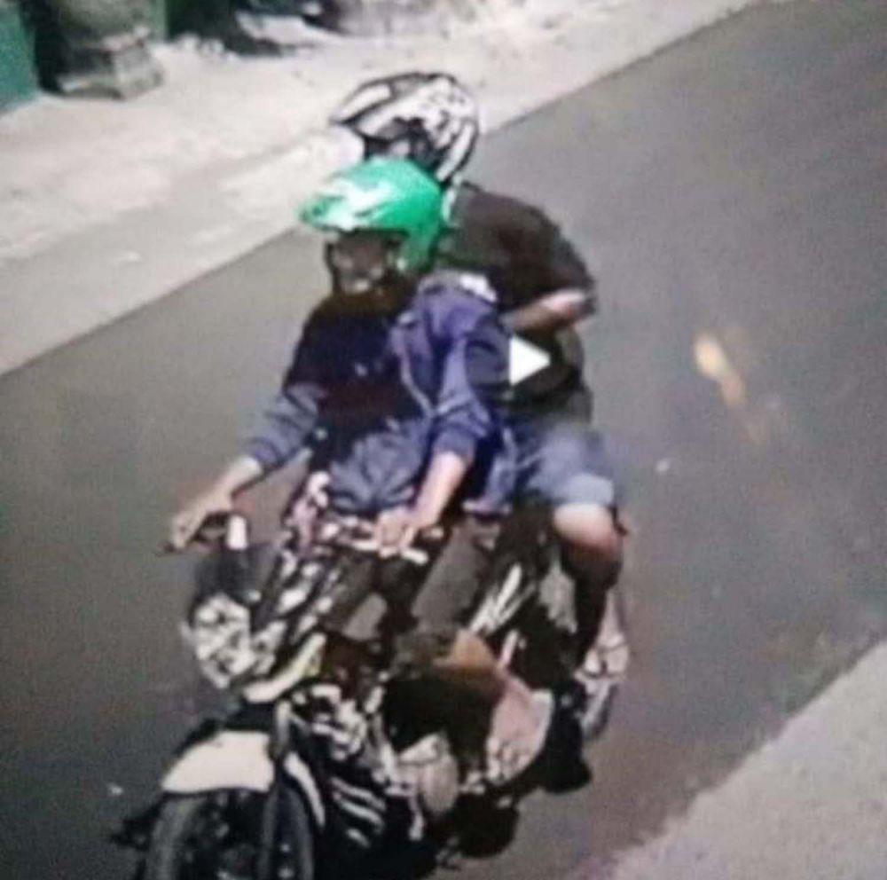 Tangkapan layar video rekaman CCTV dua begal HP di Blitar yang viral di media sosial