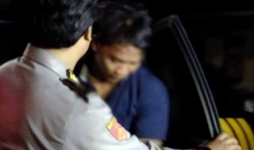 Anggota Polsek Tulangan Polresta Sidoarjo saat mengamankan MRA, sang begal pantat