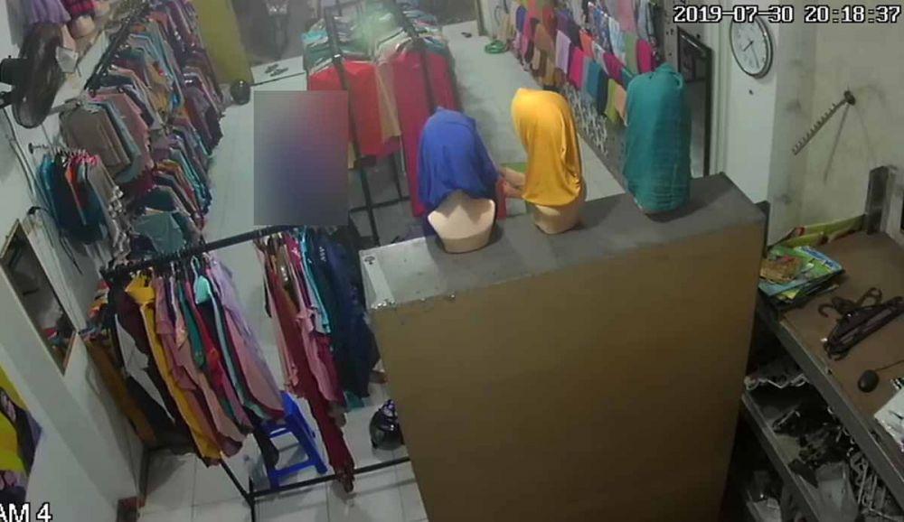 Aksi begal payudara terekam CCTV sebuah toko di Mojokerto