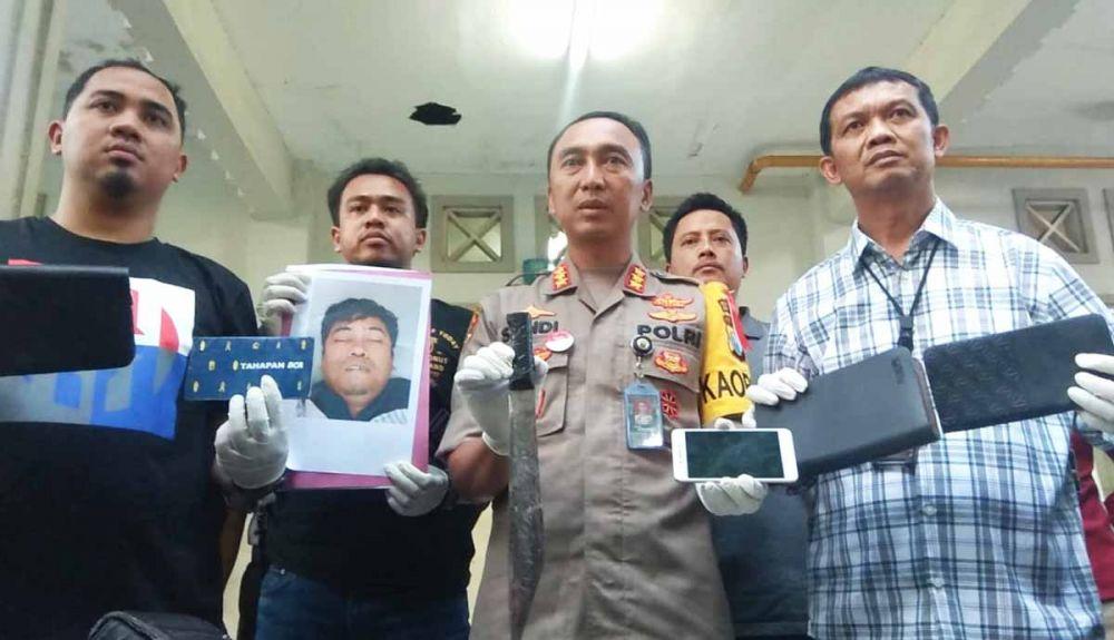 Kombes Pol Sandi Nugroho, AKBP Sudamiran dan Tim Jatanras membeberkan foto begal sadis dan pisau penghabisan
