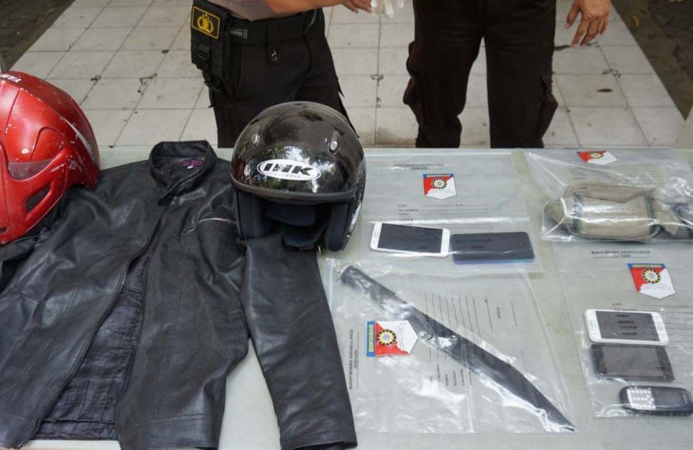 Barang bukti milik begal sadis perampas motor di Surabaya yang ditembak mati