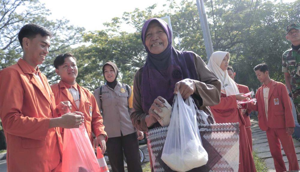 Para pelajar MAN 1 Ponorogo bersama polisi dan TNI juga membagikan nasi bungkus gratis