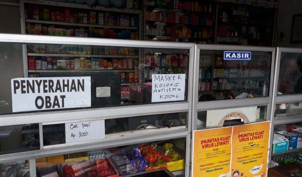 Pengumuman di salah satu apotek di Surabaya