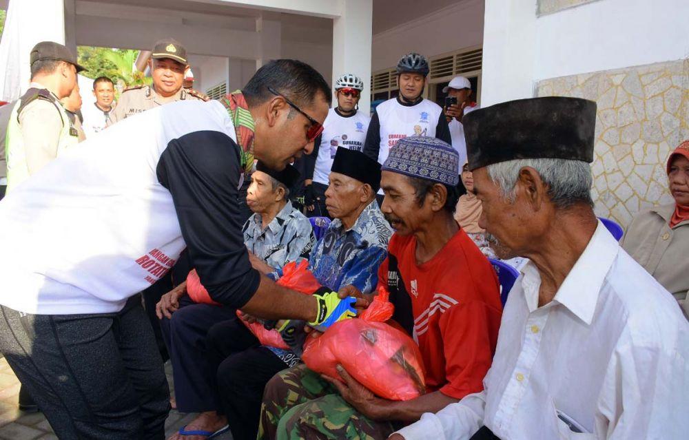 Kapolres Blitar, AKBP Anissullah M. Ridha memberikan sedekah berupa sembako di sela bersepeda