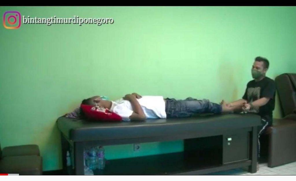 Bintang Timur Diponegoro saat melakukan pengobatan (Foto: Tangkapan layar channel YouTube Dua Alam yang dikelola Bintang)