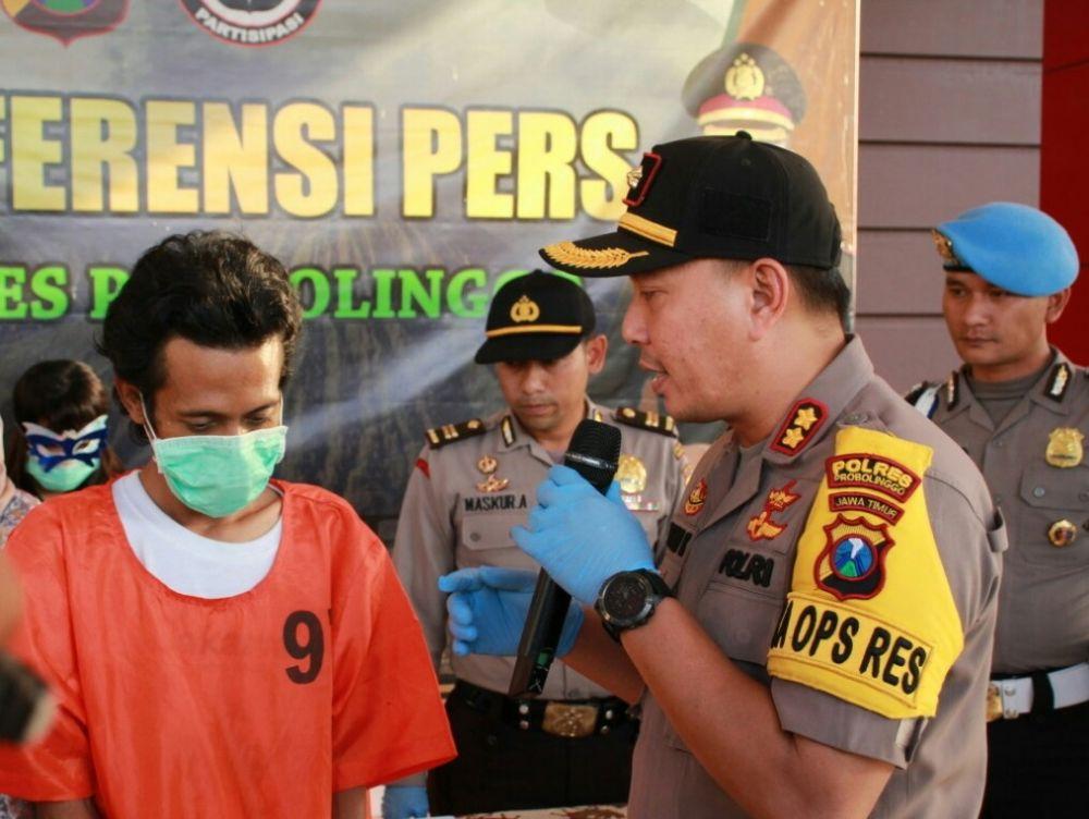 Kapolres Probolinggo AKBP Eddwi Kurniyanto menginterogasi RH, sang mucikari
