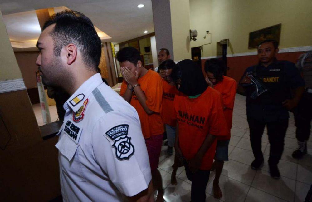 Kanit Reskrim Polsek Tegalsari Iptu Kennardi menggiring para tersangka narkoba