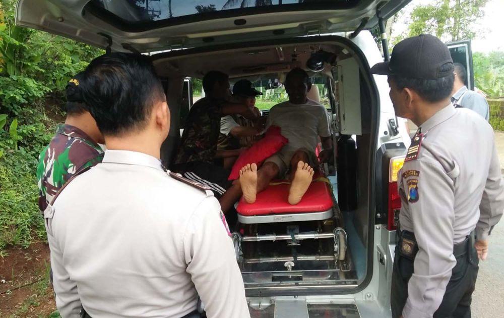 Suharto, kakek korban yang mengalami patah tulang dievakuasi ke RSUD dr Harjono, Ponorogo